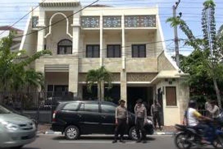 Sebuah butik milik Fuad Amin di Jl. Soekarno Hatta, dijaga aparat kepolisian. Besok rencananya beberapa aset milik Fuad akan disita KPK.