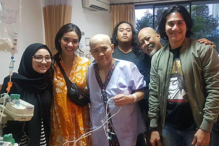 Istri Indro Warkop, Nita Octobijanthy (tengah), yang didampingi oleh keluarganya, mendapat kunjungan dari Vino G Bastian dan Marsha Timothy di rumah sakit.