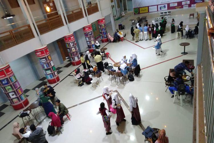 Kegiatan mahasiswa di aula UMKT Jalan Juanda, Samarinda, Kalimantan Timur, Minggu (15/3/2020).