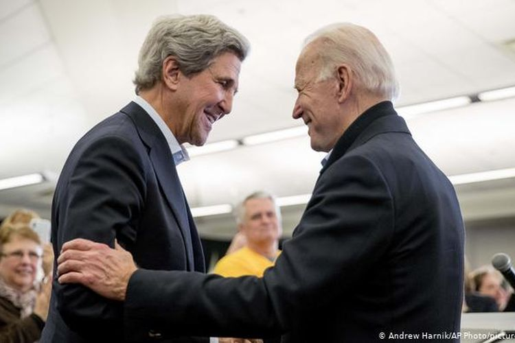 Presiden terpilih AS Joe Biden (kanan) dan mantan Menteri Luar Negeri AS John Kerry (kiri).