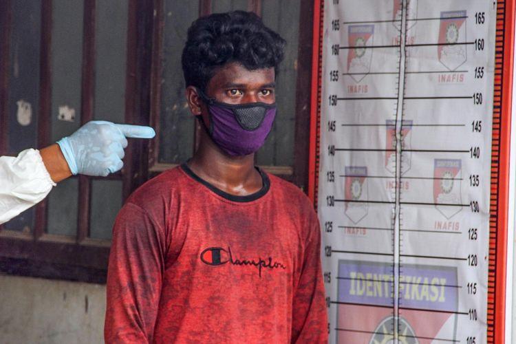 Seorang pria etnis rohingya menjalani identifikasi di tempat penampungan sementara, bekas kantor Imigrasi Punteuet, Blang Mangat, Lhokseumawe, Aceh, Jumat (26/6/2020). Hasil identifikasi dan pemeriksaan tes diagnosa cepat (rapid test) COVID-19 menyatakan sebanyak 99 orang etnis Rohingya dinyatakan non reaktif. ANTARA FOTO/Rahmad/pras