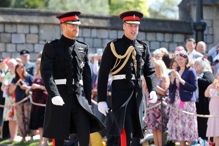 Pangeran Harry atau Duke of Sussex tiba dengan pendamping (best man)  Pangeran William, Duke of Cambridge, di Kapel St Georges, Windsor Castle, Sabtu (19/5/2018).