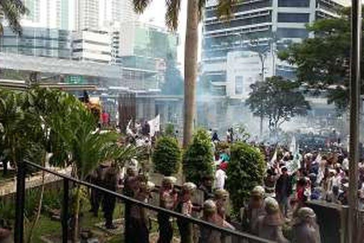 Pengunjuk rasa melempari polisi dan Gedung KPK, Jumat (20/5/2016).