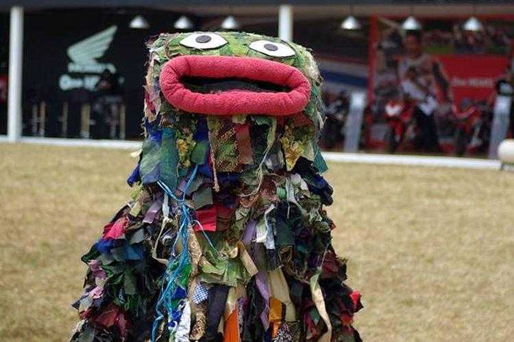 Raksasa Sampah maskot dari Jakarta Osoji Club
