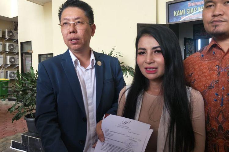 Five Vi dan kuasa hukumnya, Henry Indraguna saat mendatangi Polres Metro Jakarta Pusat, Kemayoran, Jakarta Pusat, Senin (18/11/2019).