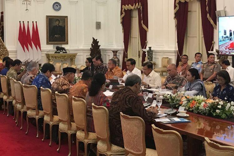 Suasana rapat terbatas Presiden Joko Widodo dan jajaran menteri Kabinet Kerja di Istana Merdeka, Jakarta, Jumat (5/1/2018).