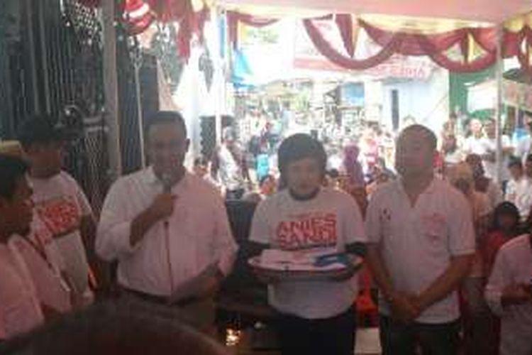 Cagub DKI Jakarta Anies Baswedan menjumpai warga Pulo Nangka Barat, Jakarta Timur, Rabu (21/12/2016).