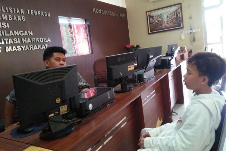 Firilandir Ramadhan (15) korban perampokan di Jakabaring, saat membuat laporan di Polresta Palembang, Kamis (21/2/2019). Akibatnya, satu unti handphone korban raib dibawa kabur pelaku.