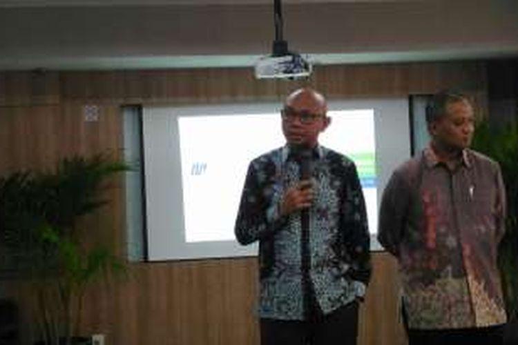 Direktur Utama PT MRT Jakarta William P Sabandar (kiri) dan Direktur Operasional dan Pemeliharaan PT MRT Jakarta Agung Wicaksono (kanan) saat jumpa media di Kantor MRT Jakarta, Selasa (18/10/2016).