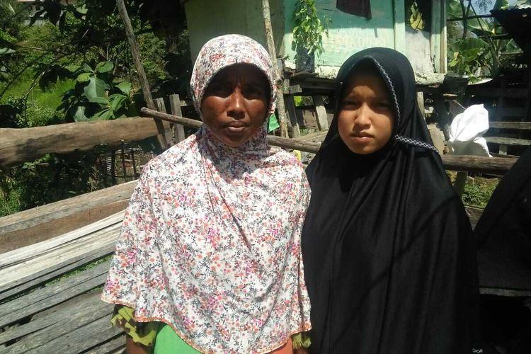 Zahra, siswi SMP di Aceh yang jadi kuli bangunan demi bertahan hidup dan ibunya, Lela, di Lhokseumawe, Aceh, Jumat (5/2/2021)