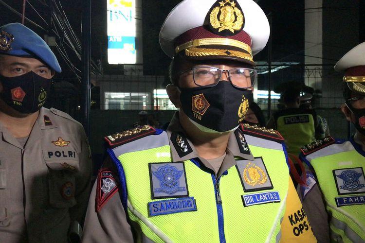 Direktur Lalu Lintas Polda Metro Jaya, Kombes Pol Sambodo Purnomo Yogo memberikan keterangan pers saat olah Tempat Kejadian Perkara (TKP) kecelakaan di Jalan Raya Ragunan, Pasar Minggu, Jakarta Selatan pada Jumat (25/12/2020) yang melibatkan anggota Polri.