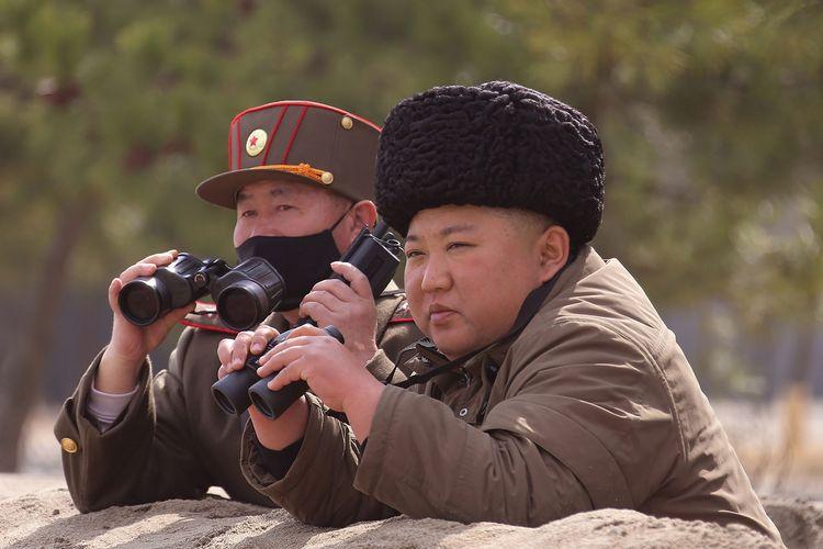 Gambar yang diambil pada 9 Maret 2020, dan dirilis pada 10 Maret 2020 oleh kantor berita Korea Utara KCNA, memperlihatkan Pemimpin Korea Utara Kim Jong Un melihat latihan serangan gabungan di lokasi yang dirahasiakan.