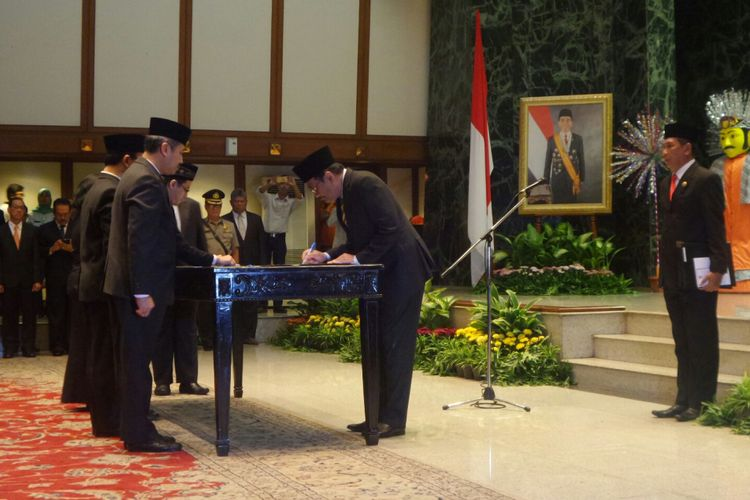 Gubernur DKI Jakarta Djarot Saiful Hidayat melantik 221 pejabat eselon II, III, dan IV di Balai Kota DKI Jakarta, Kamis (13/7/2017).