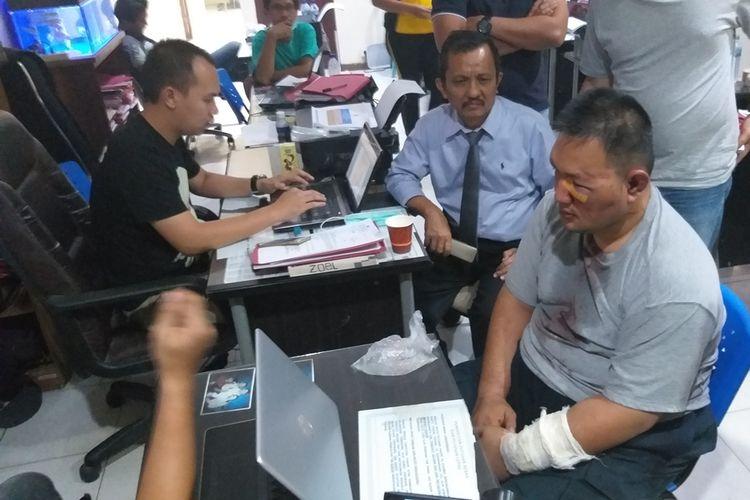 Yudi Tama Rianto (50) pelaku pembunuhan Aprianita (50) PNS Kementerian PU Palembang yang ditemukan tewas dicor, saat menjalani pemeriksaan di Polda Sumsel, Jumat (25/10/2019).