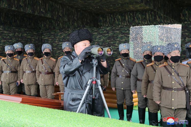 Pemimpin Korea Utara Kim Jong Un menghadiri latihan perang dari pasukan Korea Utara, berdasarkan foto yang dirilis kantor berita KCNA pada 29 Februari 2020.