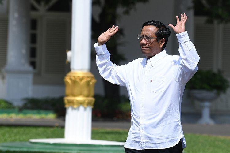 Anggota Dewan Pengarah Badan Pembinaan Ideologi Pancasila (BPIP) Mahfud MD melambaikan tangannya saat berjalan memasuki Kompleks Istana Kepresidenan, Jakarta, Senin (21/10/2019), menjelang pengumuman jajaran Kabinet Indonesia Maju oleh Presiden Joko Widodo.
