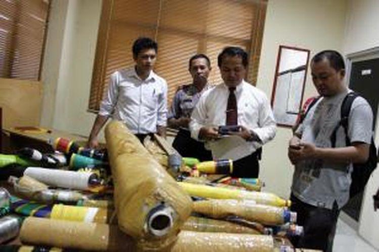 Berbagai jenis meriam tangan atau sperak disita polisi di Manado.