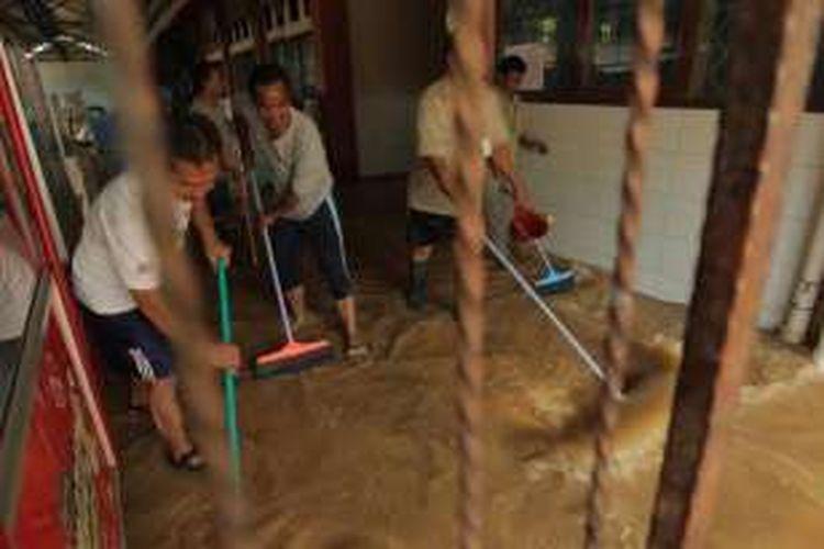 Banjir merendam Sekolah Menengah Atas Negeri 8, Bukit Duri, Jakarta Selatan, Selasa (8/3/2016). Air mulai masuk ke halaman sekolah sejak pagi dan semakin tinggi hingga siang hari. Banjir surut menjelang sore.