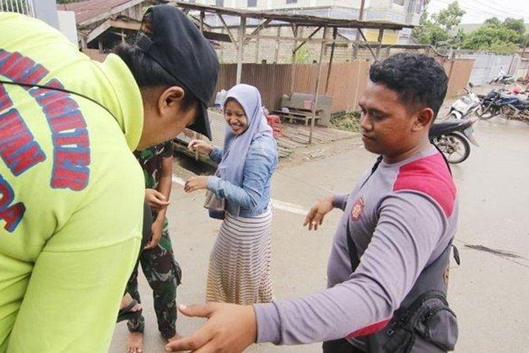 TURUN DARI TRUK- Gadis Marwahdani Soleha (tengah) dibantu Personel TNI dan POLRI turun dari Truk YONIF 611 Awang Long di jalan Batu Cermin Sempaja Utara Kecamatan Samarinda Utara Kalimantan Timur, Minggu( 9/6/2019)