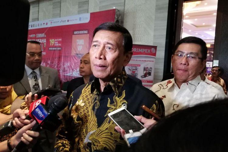 Menko Polhukam Wiranto usai diundang untuk membuka seminar yang digelar Asosiasi Masyarakat Baja Indonesia (AMBI), di Hotel Bidakara, Kamis (19/4/2018).