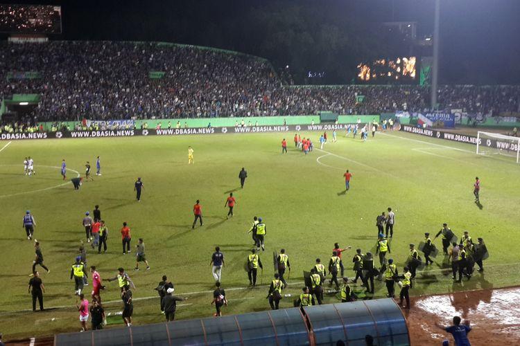 Match steward dan polisi saat menghalau Aremania yang turun ke lapangan pada pertandingan Arema FC versus PS Tira-Persikabo pada pekan ke-6 Liga 1 2019 di Stadion Gajayana, Kota Malang, Sabtu (29/6/2019)