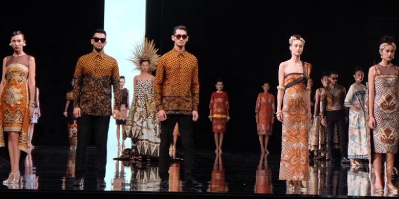 Dewaraja-Runway Collection 2015 oleh Iwan Tirta Private Collection di Ballroom Hotel Fairmont, Senayan, Jakarta (27/4/2015).