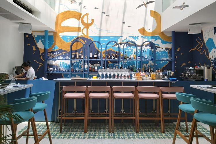 Nuansa mediterania terlihat pada mural yang menjadi latar belakang salah satu bar di Restoran Txoko Jakarta.