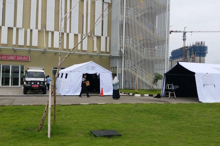 Foto jarak jauh tenda serupa barak di area Rumah Sakit Universitas Indonesia yang beredar di media sosial sebagai ruang isolasi pasien Covid-19. Faktanya, tenda itu dipergunakan untuk area tunggu IGD yang kepenuhan.