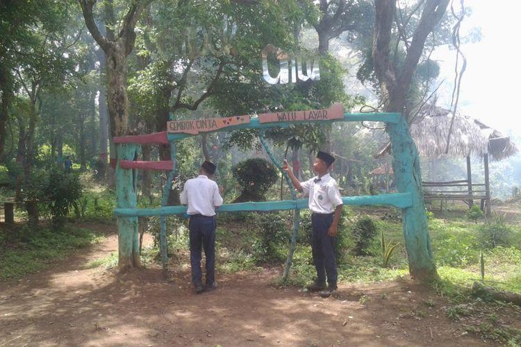 Gembok cinta di obyek wisata Watu layar. Kompas.com/Slamet Priyatin