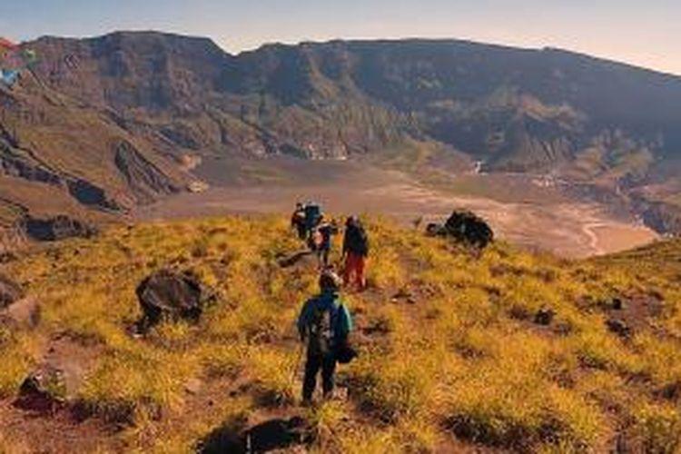 Perjalanan menuju dasar kaldera Gunung Tambora melalui jalur Doro nCanga di Dompu, NTB, 24 Agustus 2014.