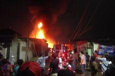 Gara-gara Petasan, Lapak Gudang Karet di Cakung Terbakar