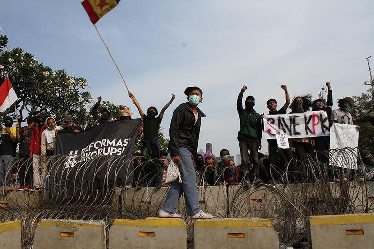 Massa yang terdiri dari pelajar dan mahasiswa kembali turun ke jalan melakukan aksi tolak UU KPK dan sejumlah RUU yang dinilai kontroversial, di kawasan simpang susun Semanggi, Senayan, Jakarta Pusat, Senin (30/9/2019).