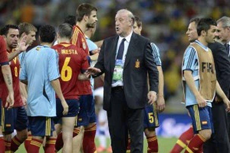 Pelatih Spanyol, Vicente del Bosque, memberikan pengarahan kepada para pemainnya usai laga waktu normal melawan Italia di semifinal Piala Konfederasi, Kamis (27/6/2013). Spanyol lolos ke final setelah menang 7-6 lewat drama adu penalti, menyusul hasil imbang 0-0 selama 120 menit.