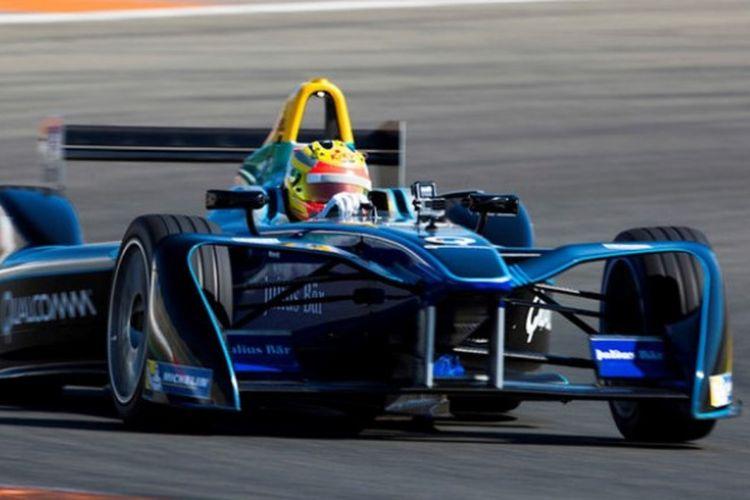 Pebalap Indonesia, Rio Haryanto, saat menjalani tes pramusim Formula E di Sirkuit Ricardo Tormo, Valencia, Spanyol, Selasa (3/10/2017).
