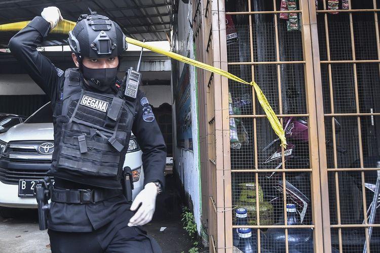 Petugas Kepolisian menggeledah salah satu tempat tinggal terduga teroris di kawasan Condet, Jakarta, Senin (29/3/2021). Selain melakukan penggerebekan di wilayah Condet, polisi juga menggerebek terduga teroris di sebuah bengkel di daerah Kabupaten Bekasi . ANTARA FOTO/Muhammad Adimaja/rwa.