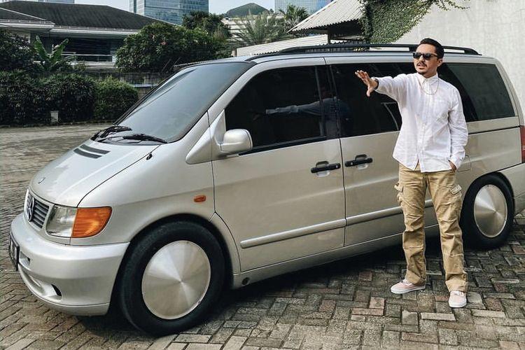 Ananda Omesh bersama Mercedes-Benz Vito miliknya