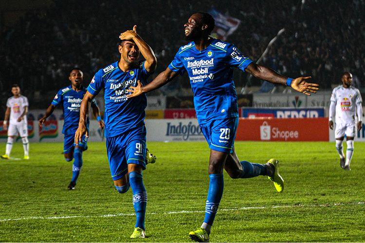 Penyerang Persib Bandung, Geoffrey Castillion, merayakan gol yang dibukukannya ke gawang PSS Sleman, saat kedua tim bertemu dalam lanjutan pertandingan Liga 1 2020, di Stadion Si Jalak Harupat, Minggu (15/3/2020).
