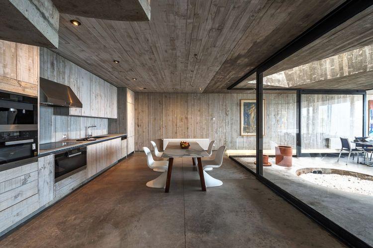 Meski rumah ini memiliki desain yang simpel, namun interior rumah didesain dengan suasana kontemporer yang apik.