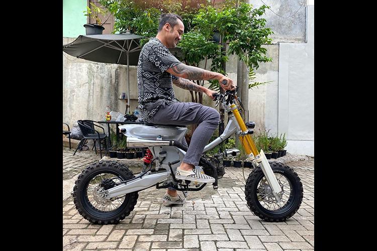 Motor custom Honda Astrea Legenda milik Tora Sudiro yang digarap oleh RucksNroll Custom Garage