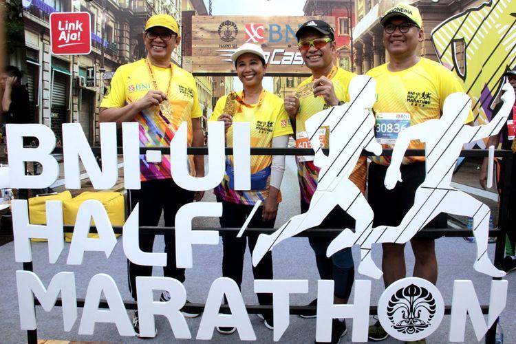 (Ki-ka) Direktur Utama BNI Achmad Baiquni,  Menteri BUMN Rini M Soemarno, Ketua Majelis Amanat Universitas Indonesia (UI) Saleh Husin, dan Ketua Ikatan Alumni (Iluni) UI Arief Budhy Hardono memperlihatkan medali Finisher seusai berlari pada kategori 5K pada kompetisi BNI - UI Half Marathon 2019 di Kampus Universitas Indonesia, Depok, Jawa Barat, pada Minggu (7 juli 2019). Tahun ini merupakan tahun ketiga BNI menjadi sponsor utama BNI UI Half Marathon. Dukungan BNI pada perhelatan ini merupakan salah satu bentuk keberpihakan korporasi terhadap dunia pendidikan. Sekaligus menjadi bagian dari rangkaian HUT ke- 73 BNI.