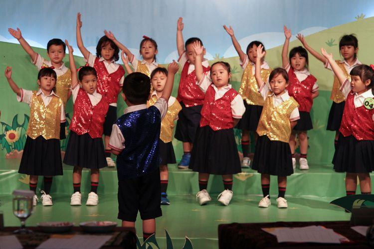 Murid TK berpartisipasi dalam lomba paduan anak tingkat TK dan SD, Dendang Kencana 2017, di Bentara Budaya Jakarta, Palmerah, Kamis (26/10/2017). Kegiatan yang berlangsung di empat kota yakni Jakarta, Yogyakarta, Denpasar dan Surabaya ini, bertujuan untuk memberikan panggung bagi paduan suara anak.
