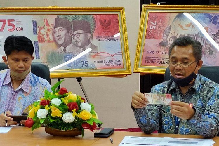Kepala KPw BI Tegal Taufik Amrozy (kanan) menunjukan UPK pecahan Rp. 75.000 saat temu awak media di Kantor KPw BI Tegal, Selasa (18/8/2020)
