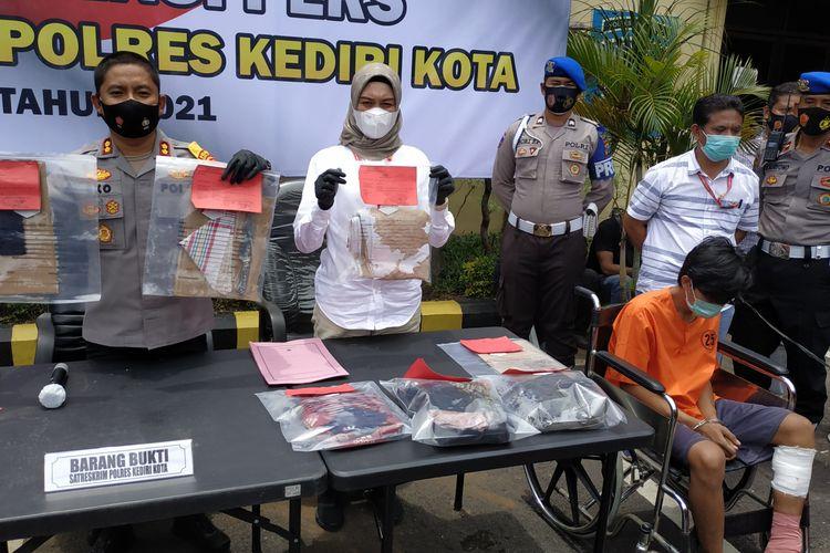 Jajaran Polres Kediri Kota, Jumat (5/3/2021), memamerkan pelaku dan barang bukti pengungkapan kasus pembunuhan terhadap M, gadis di bawah umur.