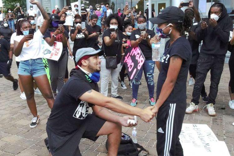 Xavier Young, melamar kekasihnya Marjorie Alston di tengah aksi protes atas kematian George Floyd, di Raleigh, Amerika Serikat, 30 Mei 2020.