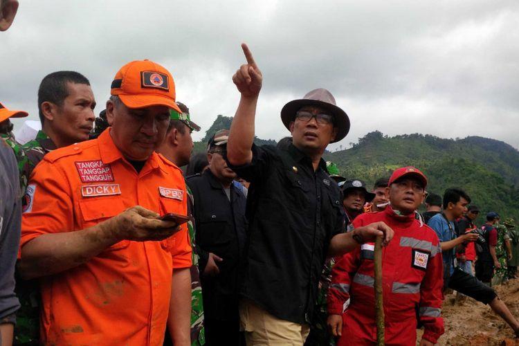 Gubernur Jawa Barat Ridwan Kamil (menunjuk) saat meninjau lokasi bencana longsor di Cisolok, Sukabumi, Jawa Barat, Rabu (2/1/2018).