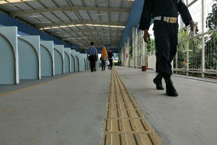 Jalur tuna netra atau guiding block di skybridge atau jembatan penghubung multiguna Tanah Abang.