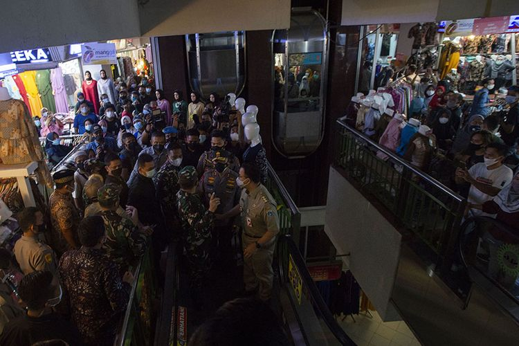 Gubernur DKI Jakarta Anies Baswedan (kanan) bersama Panglima Kodam Jaya Mayjen TNI Dudung Abdurachman (ketiga kiri) dan Kapolda Metro Jaya Muhammad Fadil Imran (kedua kanan) meninjau situasi di Pusat Grosir Pasar Tanah Abang, Jakarta Pusat, Minggu (2/5/2021). Anies mengakui adanya lonjakan pengunjung di pusat tekstil terbesar se-Asia Tenggara dari sekitar 35.000 pengunjung pada hari biasa menjadi sekitar 87.000 orang pada akhir pekan ini sehingga pihaknya menyiagakan sekitar 750 petugas untuk menjaga kedisiplinan protokol kesehatan untuk mencegah penularan COVID-19.