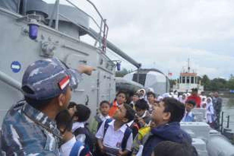Siswa SD di Krueng mengunjungi KRI Imam Bonjol.