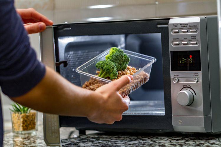 Ilustrasi memanaskan makanan dalam plastik dengan microwave.