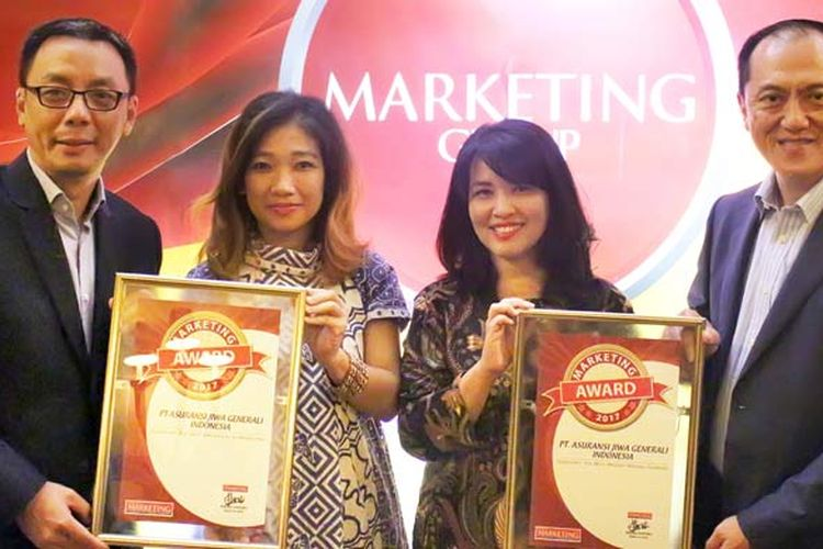 CEO Generali Indonesia Edy Tuhirman, Direktur Generali Indonesia Wianto Chen, dan dua orang perwakilan jajaran manajemen Generali Indonesia menerima penghargaan Marketing Awards 2017 di Jakarta, Rabu (13/9/2017) lalu.